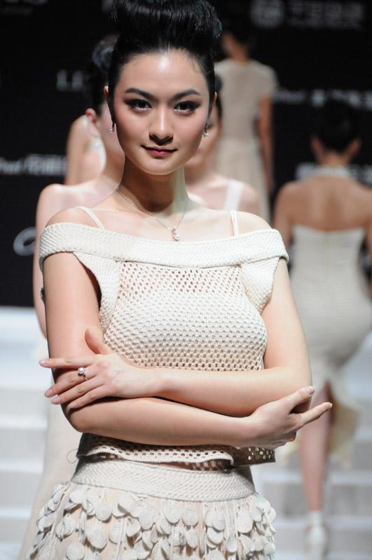 模特佩戴珍珠首饰图
